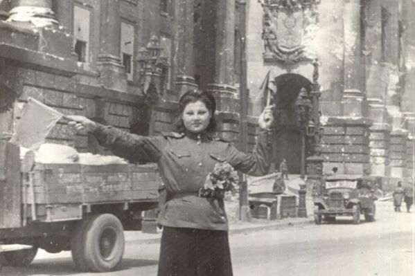 Фотография обаятельной регулировщицы у Рейхстага стала одним из символов Победы