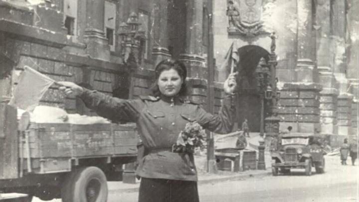 Регулировщица из Куйбышева у здания Рейхстага: «Она заставила немцев чинить дорогу»