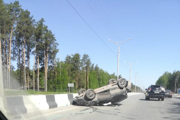 Машина приземлилась на крышу рядом с отбойником на Бердском шоссе