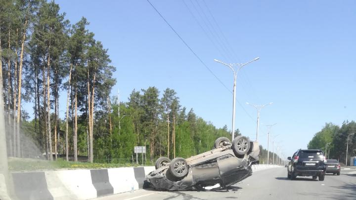 На Бердском шоссе автомобиль влетел в дерево и приземлился на крышу — пассажирку увезли в больницу