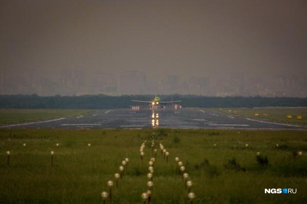 Из-за тумана три самолёта, которые летели в Красноярск, приземлились в Новосибирске, ещё один — в Кемерово