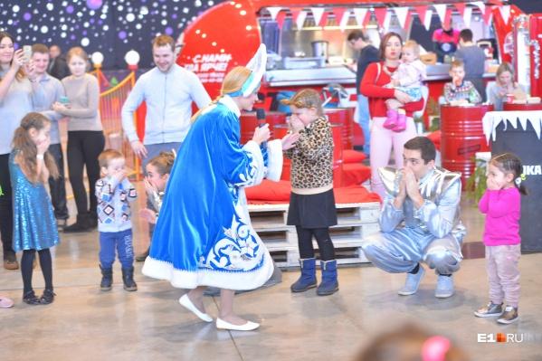 Елка здорового человека: Снегурочка касается ребенка рукой, все без масок, трогают лица руками... Сейчас об этом можно забыть