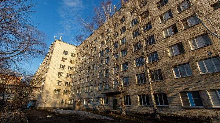 Ожидание и пустота: 15 пугающих своей безлюдностью кадров из госпиталя для больных коронавирусом