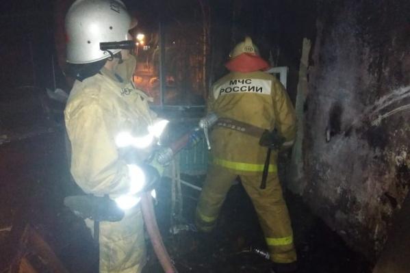 С огнем боролись пять бойцов личного состава спасателей, задействовали две пожарные машины
