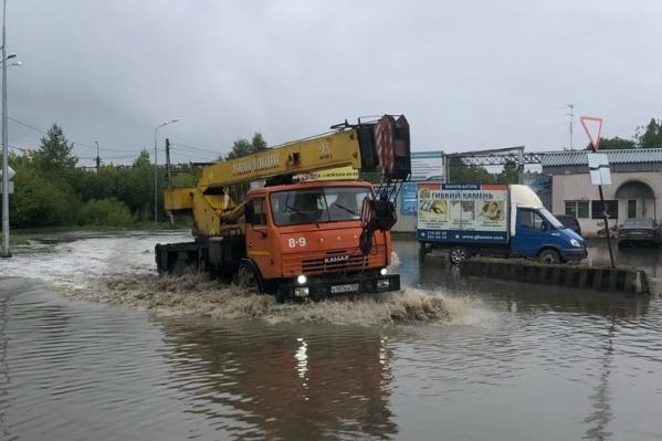 Дорогу сильно затопило
