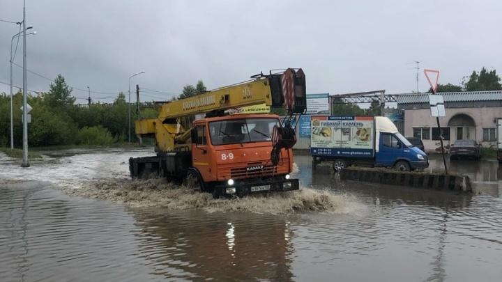 Машины опять поплыли: на Сортировке после дождя затопило дорогу