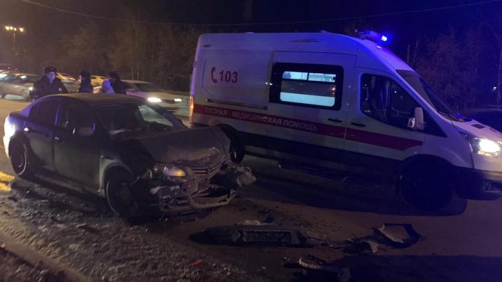 В Екатеринбурге Mazda влетела в стоящий автомобиль. Три человека пострадали