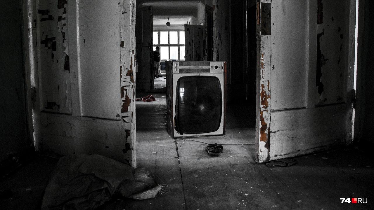 Состояние жилого корпуса плачевное. Сталкеры любят такие руины, но коль скоро место общедоступно и «загрязнено» новоделами (телевизор явно не 40-х годов), атмосфера места уходит