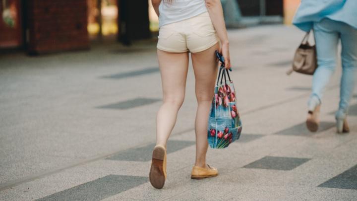 Ах, какие ножки! Любуемся девушками и мужчинами Тюмени, щеголяющими в юбках и коротких шортах