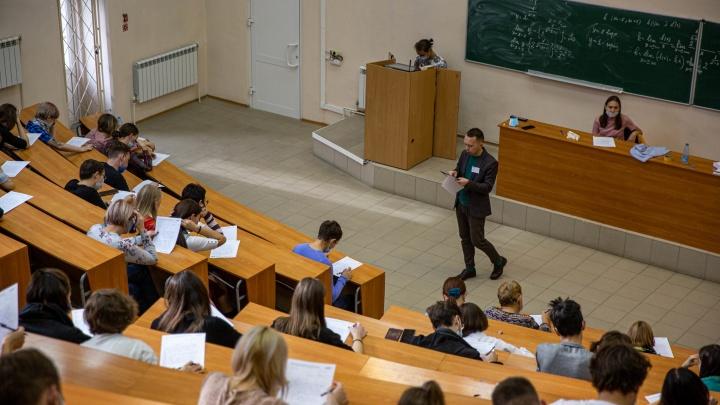 В Новосибирске написали «Тотальный Диктант» — 15 кадров, как сибиряки проверяли свою грамотность