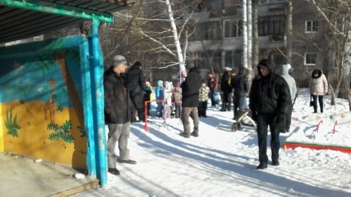 «Температура опустилась до +12». В садике на Юго-Западе замерзают дети