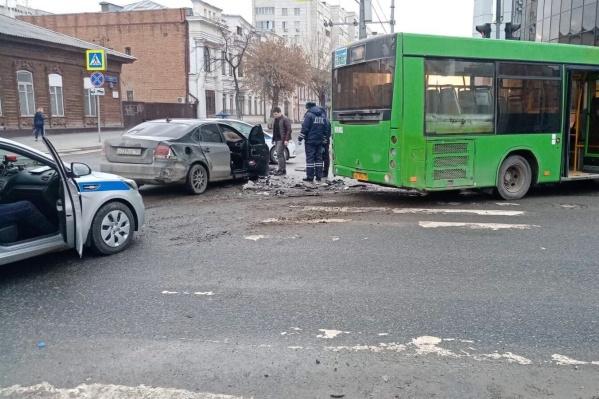 Водитель не реагировал на требования сотрудников ГИБДД и продолжал ехать по одной из центральных улиц на красный