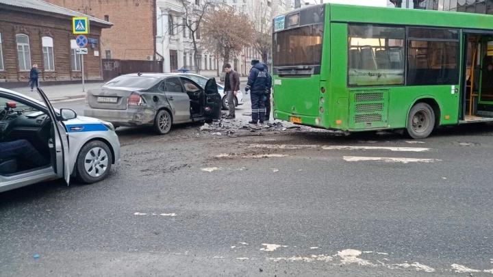 В Тюмени полностью тонированный Volkswagen пытался скрыться от полицейских, но врезался в автобус