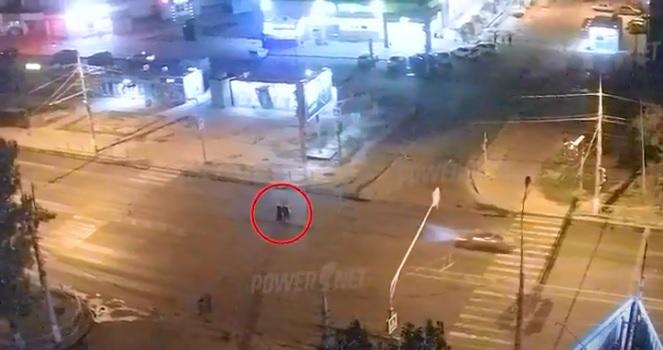 Только увеличил скорость: появилось видео двойного наезда на пешеходов на севере Волгограда