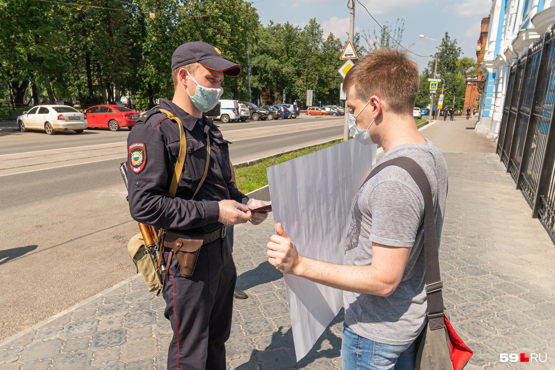Полицейский показал документы, после чего задержал журналиста