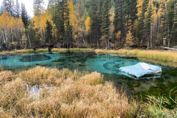 По словам активистов, съемки в озере решило провести рекламное агентство по заказу новосибирского производителя текстиля
