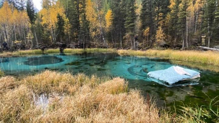 В Минприроды Алтая рассказали, накажут ли новосибирцев, запустивших матрас в уникальное гейзерное озеро