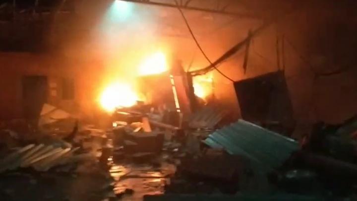 «Пламя поднималось на 10 метров»: в Перми при пожаре в гаражном кооперативе пострадал человек