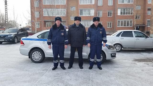 Минусинские полицейские спасли на дороге мужчину, который провалился в кювет