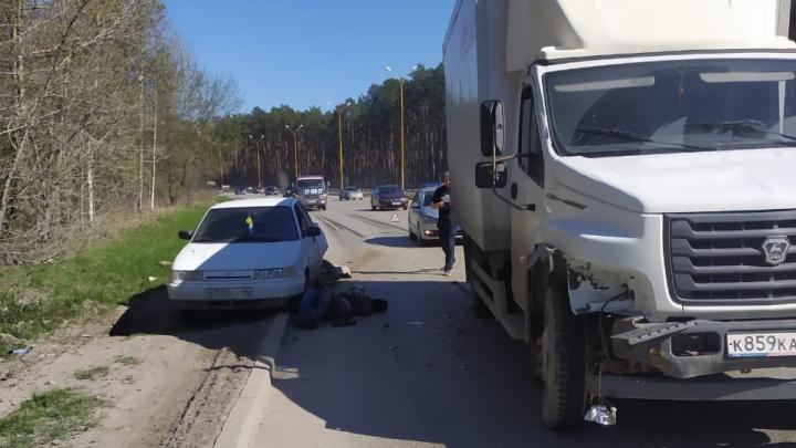 На Объездной водитель фургона врезался в стоявшую легковушку, которая от удара сбила человека