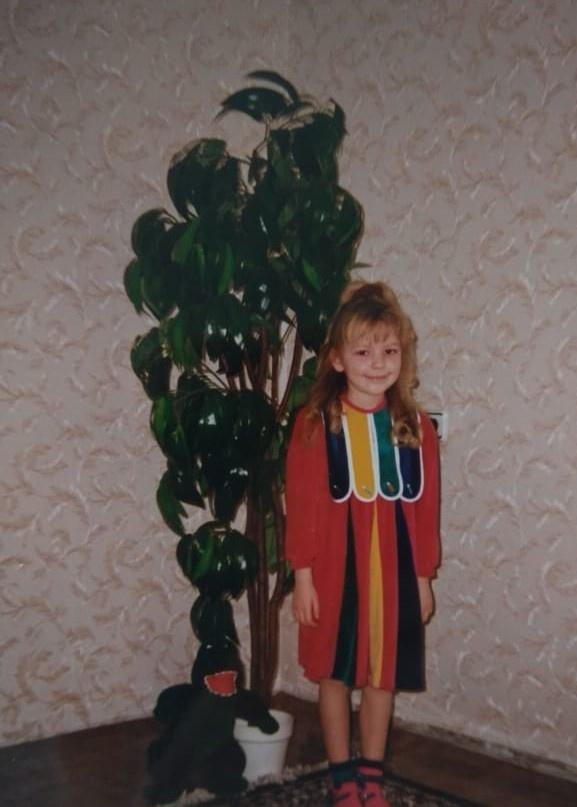 На этом фото тоже Мария Тищенко. Детские платья были похожи на праздничные костюмы