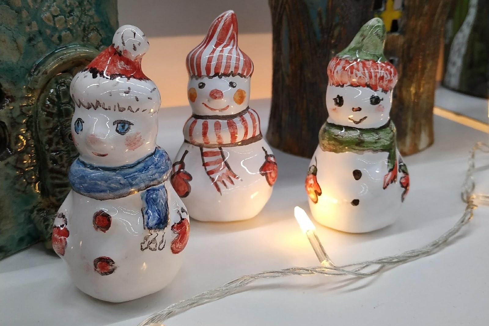 Керамические снеговики нетяжелые, подойдут даже для маленьких елок