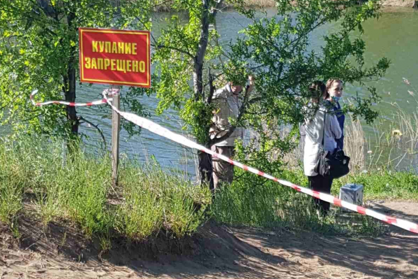 Дети купались в карьере, в котором прибавилось воды с наступлением паводка