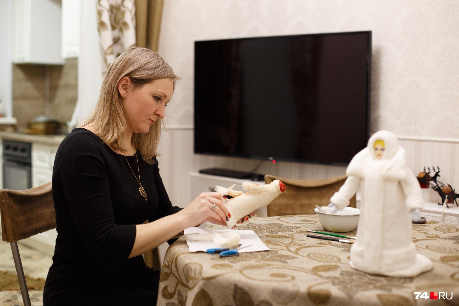 Ольга использует аутентичные материалы и технологии для восстановление старых игрушек