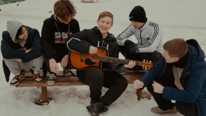 Дворы, драки и любовь. Студенты из Перми сняли клип на песню Тимы Белорусских