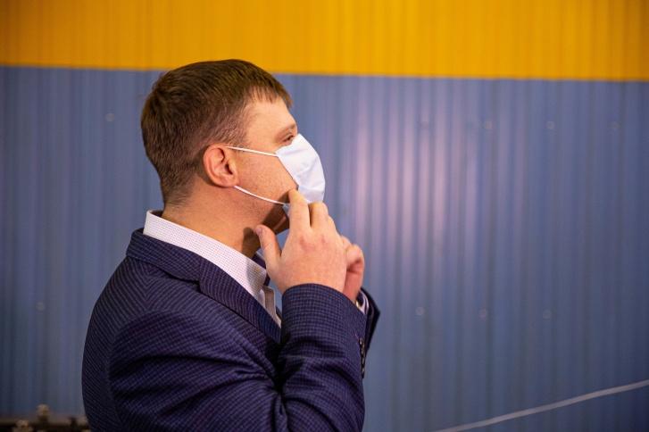 Дмитрий Ушаков, руководитель предприятия ООО «Медсклад», продемонстрировал маску на себе