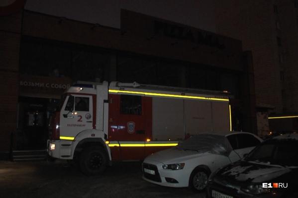 На место прибыли три пожарные машины, наряд полиции и ЧОП