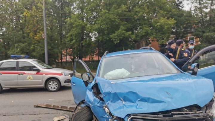 Женщину зажало в машине: в Ярославле столкнулись «Субару» и «Мерседес»