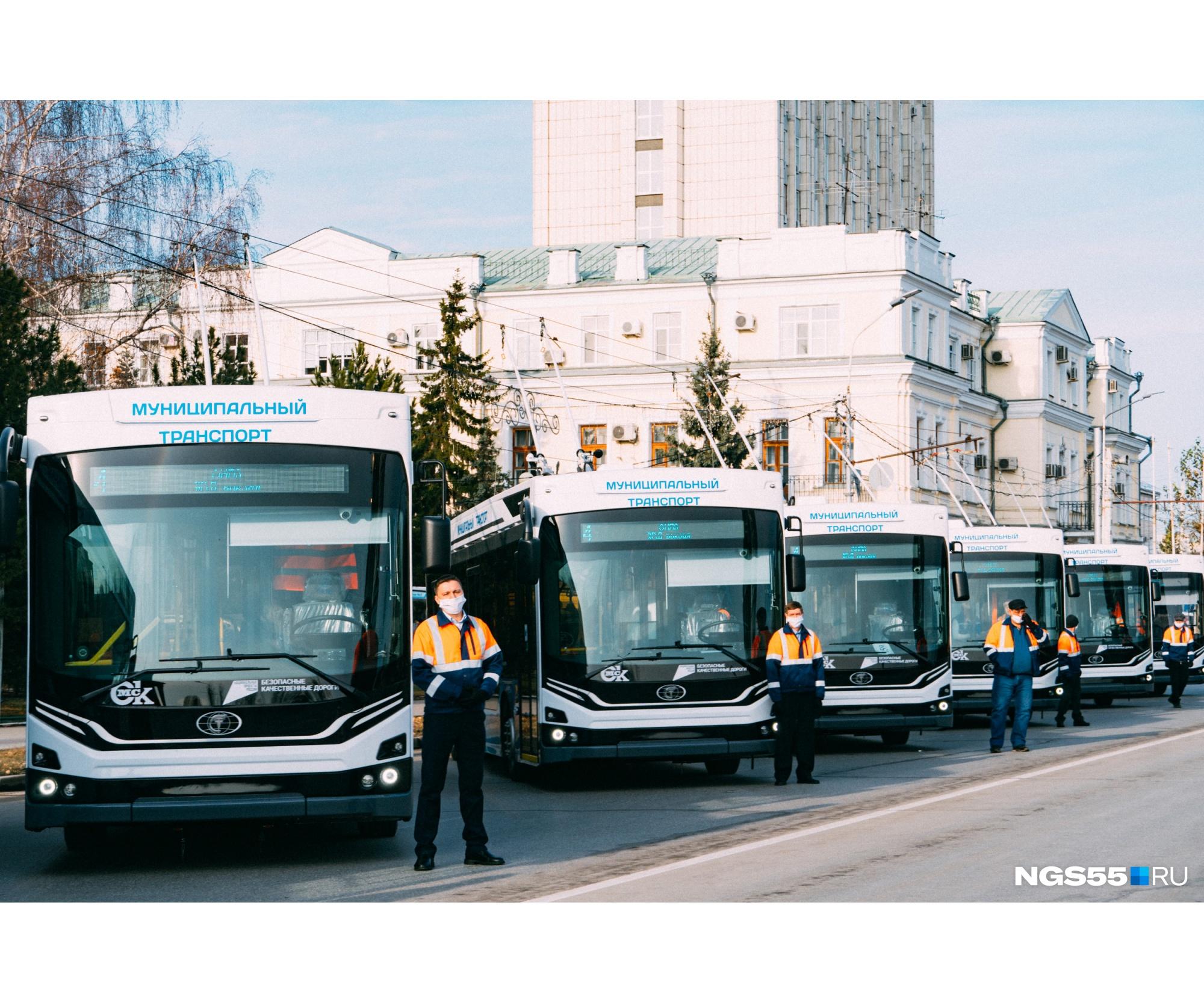 Как рассказали в мэрии Омска, в новых троллейбусах установлены электропневматические двери с системами антиприщемления и «антиход». Они не смогут начать движение, если двери не закрыты или закрыты не полностью