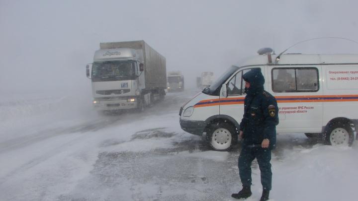 Спасатели попросили волгоградцев оставить машины из-за сильной метели