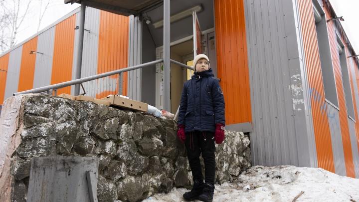 Соцслужбы нагрянули домой к семье мальчика, который торговал брошками на Уралмаше