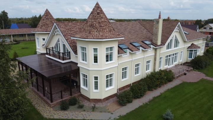 Возле Ачаирского монастыря продают усадьбу с башенками за 99 миллионов