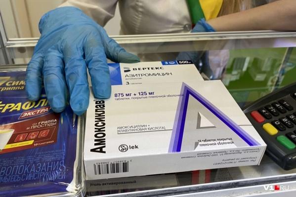 Противовирусные препараты и антибиотики разлетелись из волгоградских аптек