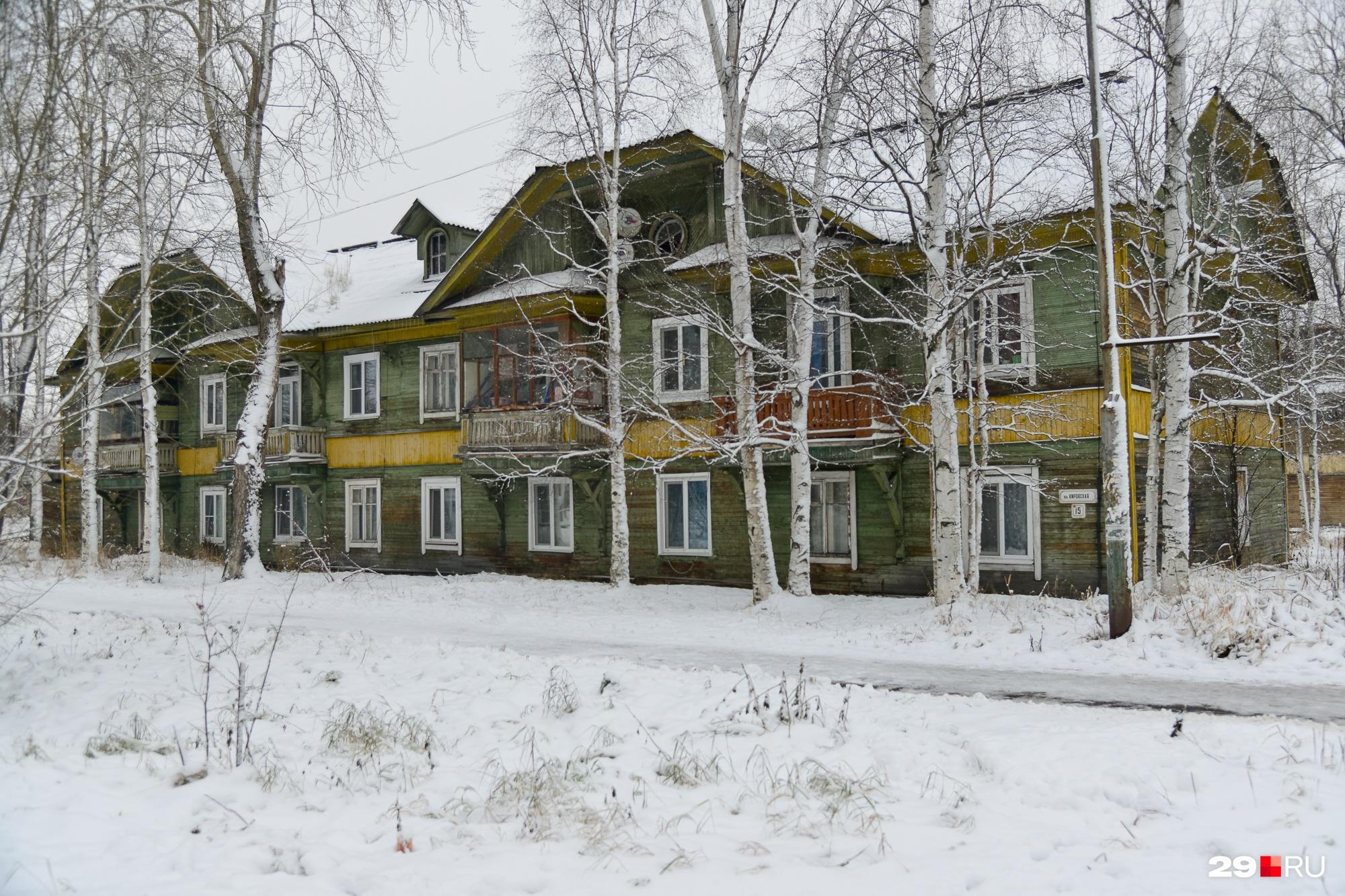 Дома есть очень красивые. Жаль, что за ними десятки лет должным образом не ухаживали, и из-за этого мы потеряем важную часть деревянного Архангельска
