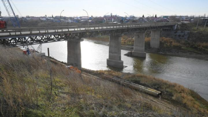 В Калачинске демонтируют аварийный мостовой переход и построят новый мост через Омь