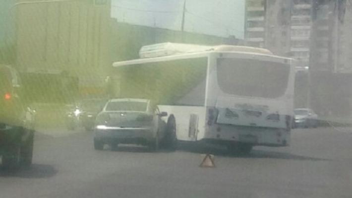 Пробка из фур: на юге Волгограда автобус столкнулся с иномаркой