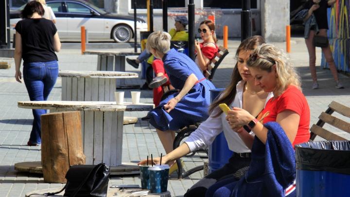 Лаунж на скамейках: где в Новосибирске во время пандемии поесть в ресторане или кафе (толпы уже обедают)