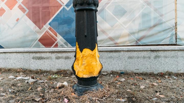 В Омской крепости из фонарей показалась жёлтая монтажная пена. Её покроют чёрной краской
