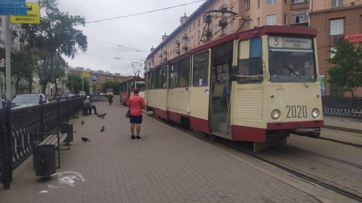 На трамвайных остановках в центре Челябинска исчезли навесы. Как власти объяснили это