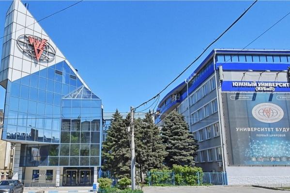В прямом эфире можно будет пообщаться с основателем и ректором вуза профессором Имраном Акперовым