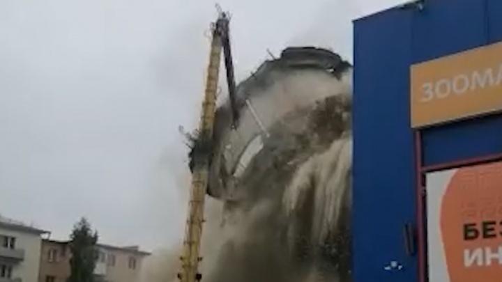 В Краснотурьинске рухнула водонапорная башня: публикуем эпичное видео