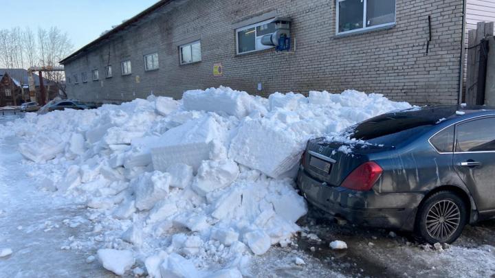 Засыпало пять машин на Дунаевского: очевидцы сняли на видео сход снега с крыши