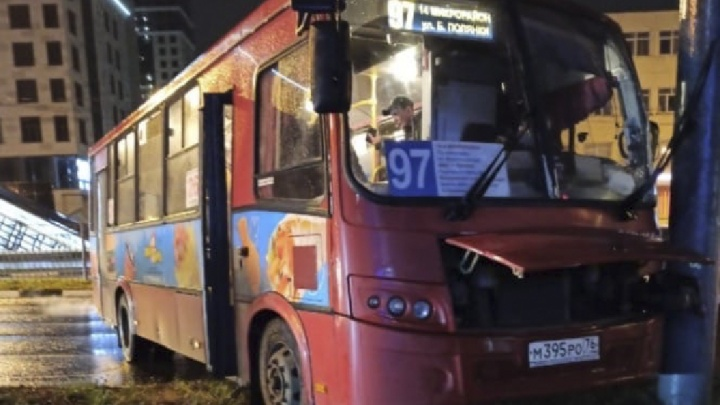 Пострадали пассажиры: в Ярославле маршрутка влетела в фонарь. Видео момента ДТП