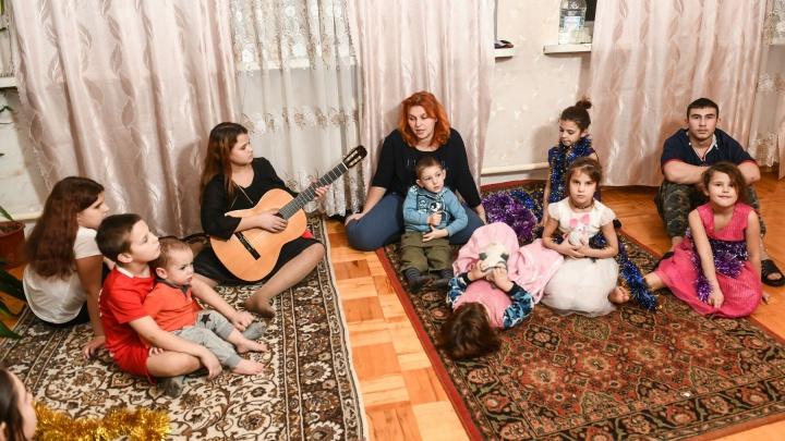 «Впервые поставили елку»: как встречает Новый год семья с 12 детьми, которой купил дом Алтушкин