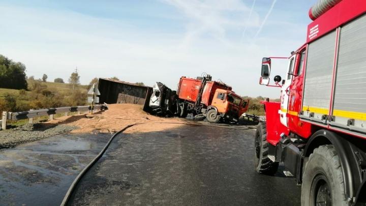 Трасса под Ачинском перекрыта из-за перевернувшихся грузовиков