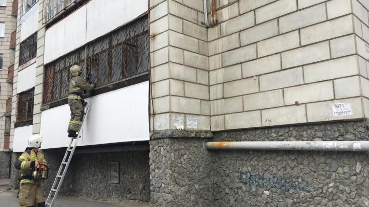 В Екатеринбурге из горящей многоэтажки эвакуировали 30 человек. Один пострадал